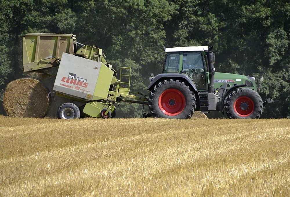 Fendt_714_Vario_with_a_Claas-baler